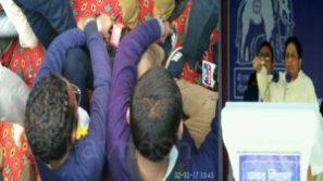 मायावती की चुनावी सभा में संबोधन के समय सो रहे थे पत्रकार
